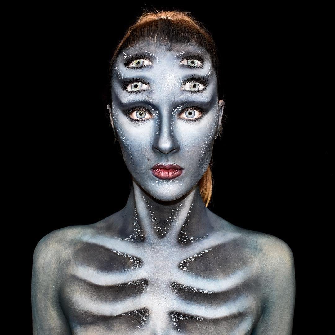девушка с нарисованным скелетом на коже