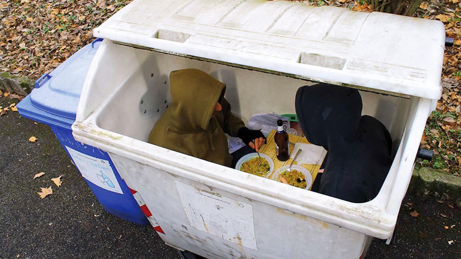 двое едят в мусорном баке