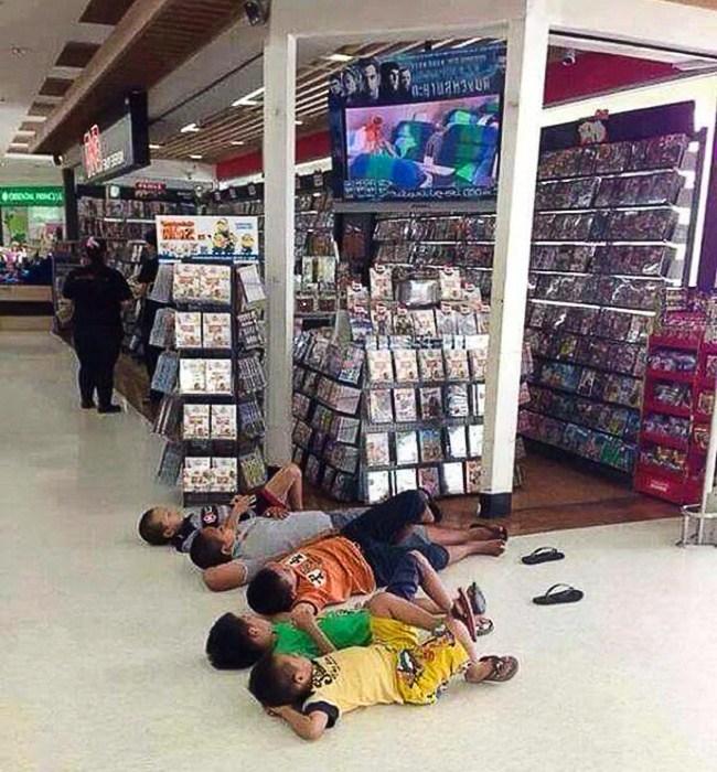 дети  в магазине