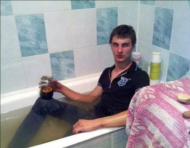 парень сидит в ванне