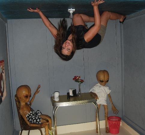 девушка на потолке