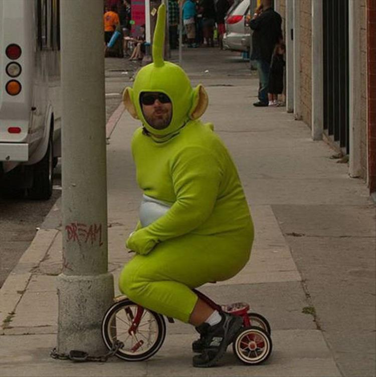 мужчина на трехколесном велосипеде