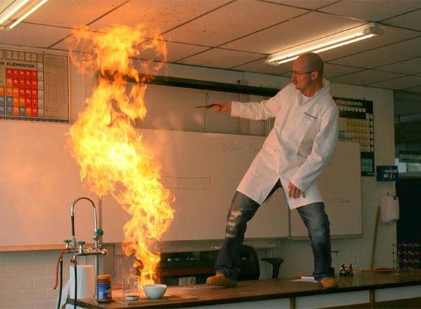 учитель химии стоит на столе