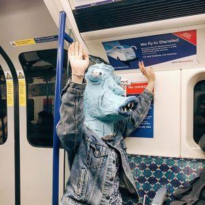 пассажир метро в маске