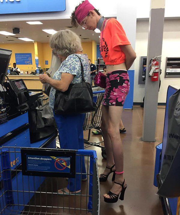 странный человек в магазине