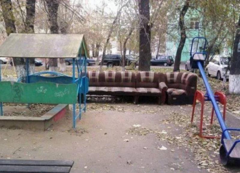 диван на детской площадке