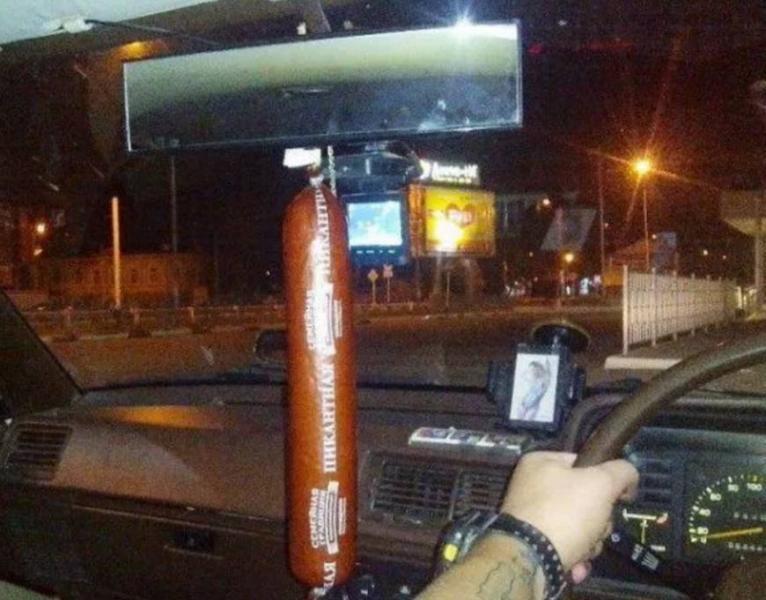копченая колбаса в машине