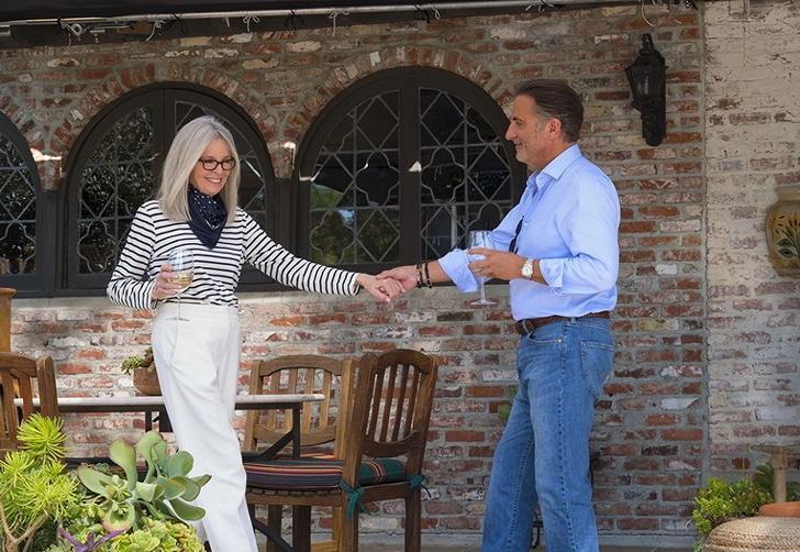 пожилая женщина и мужчина держаться за руку