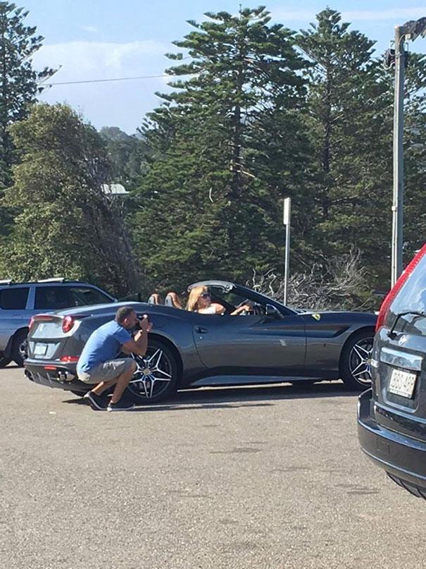 парень фотографирует девушку в авто