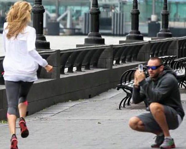 парень фотографирует бегущую девушку