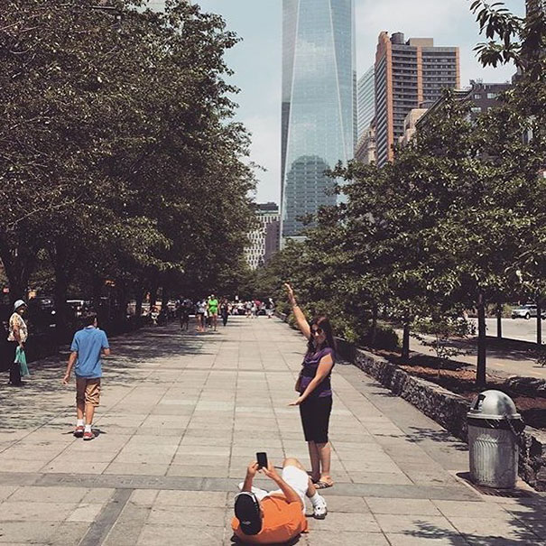 девушка позирует на фоне здания