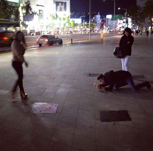 парень фотографирует девушку на улице