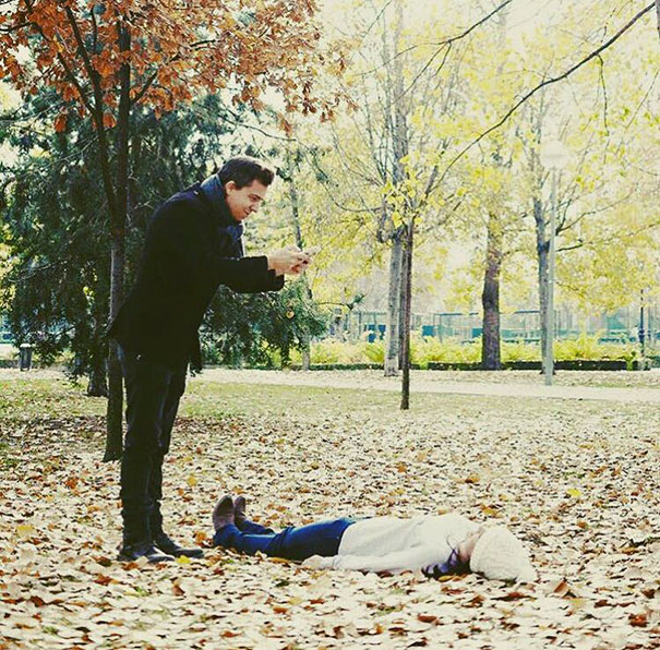 девушка лежит на осенних листьях