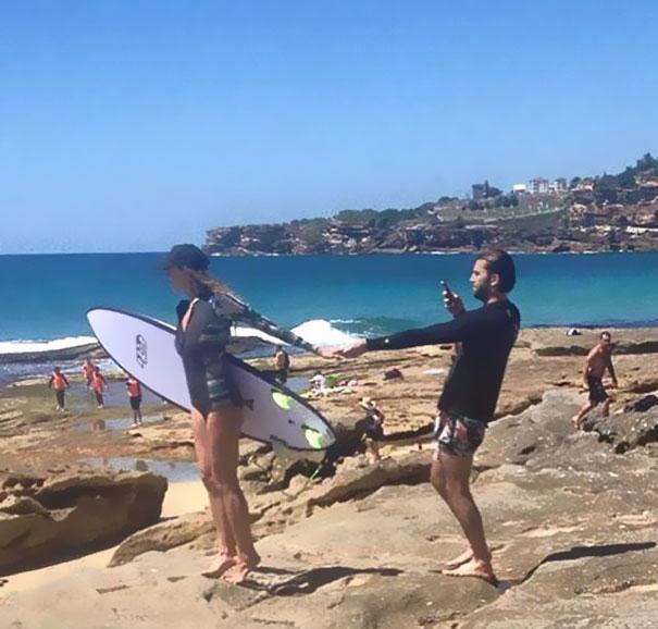 парень фотографирует девушку на пляже