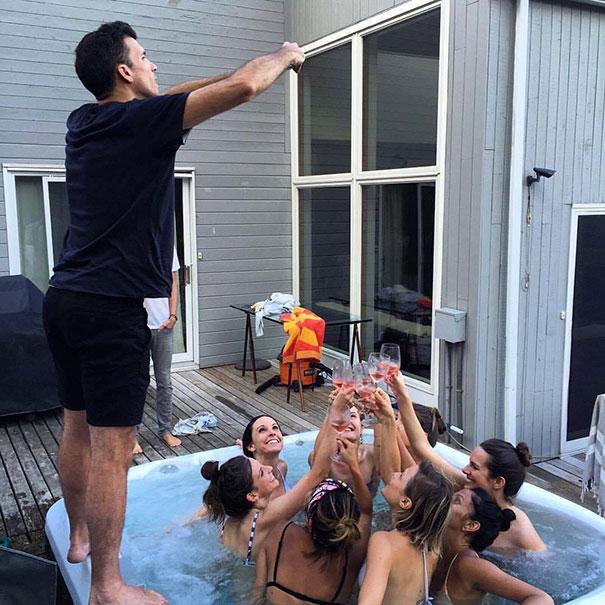 парень фотографирует девушек в бассейне