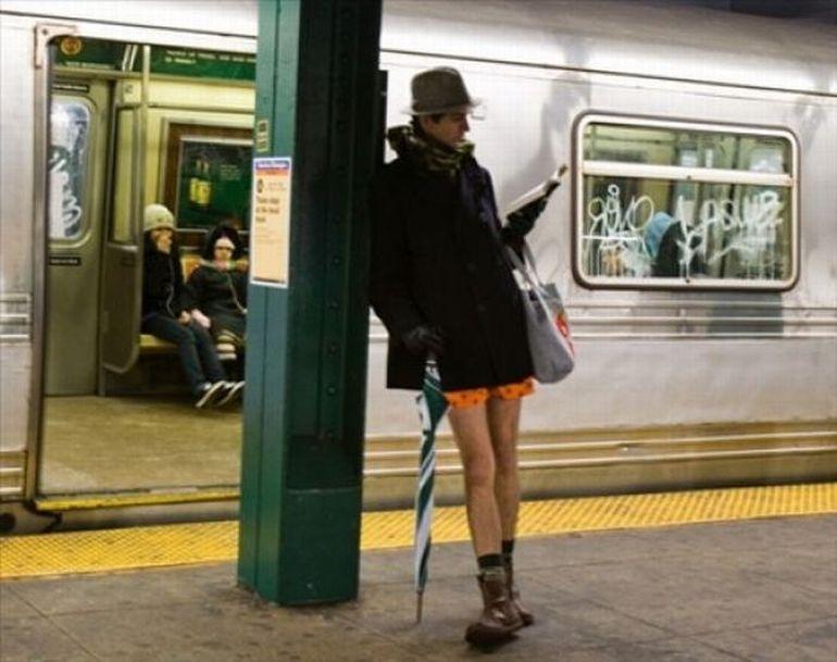 мужчина с книгой и зонтом в метро