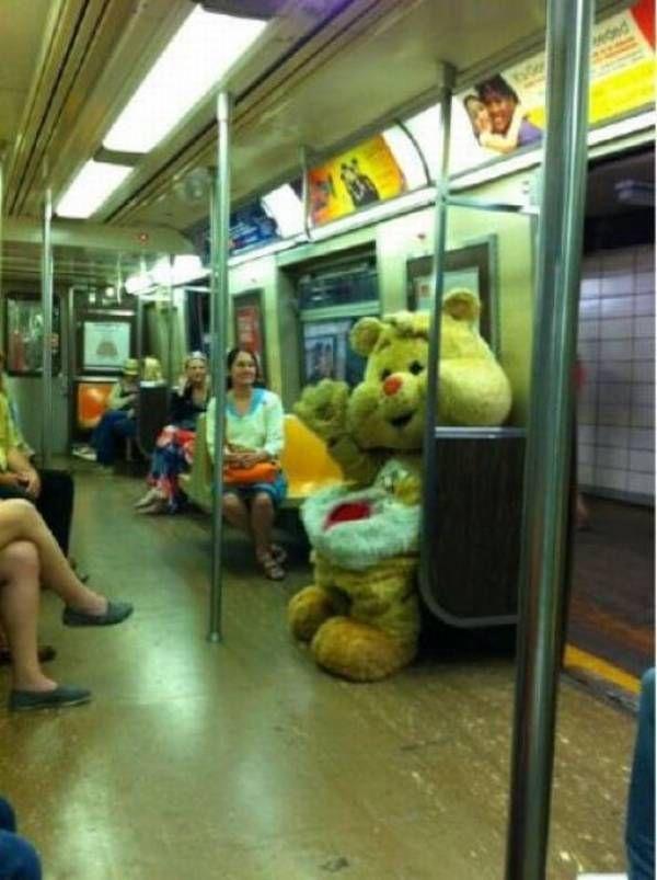 человек в костюме медведя в метро