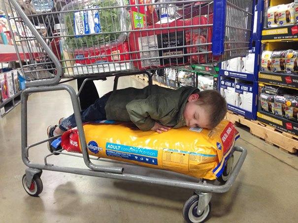 ребенок спит в магазине