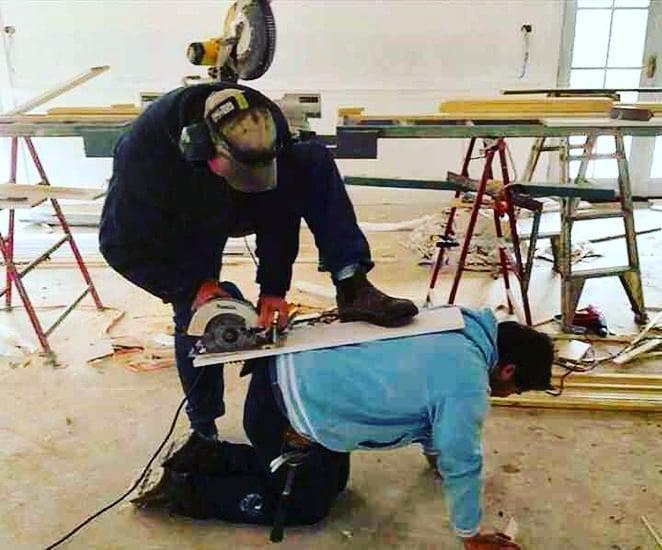 мужчины с инструментами