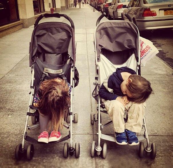 дети спят в колясках