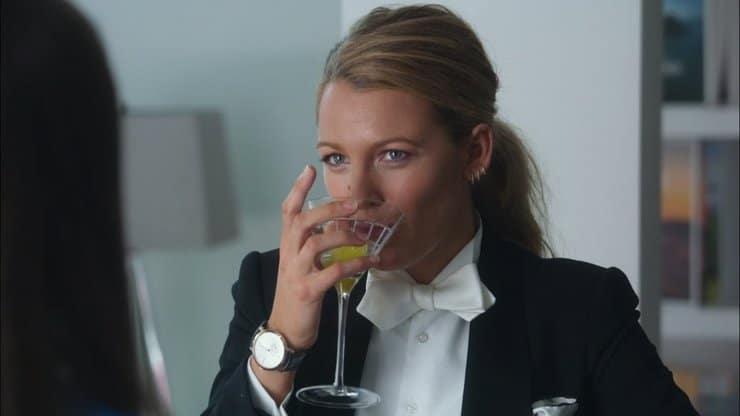 женщина пьет из бокала