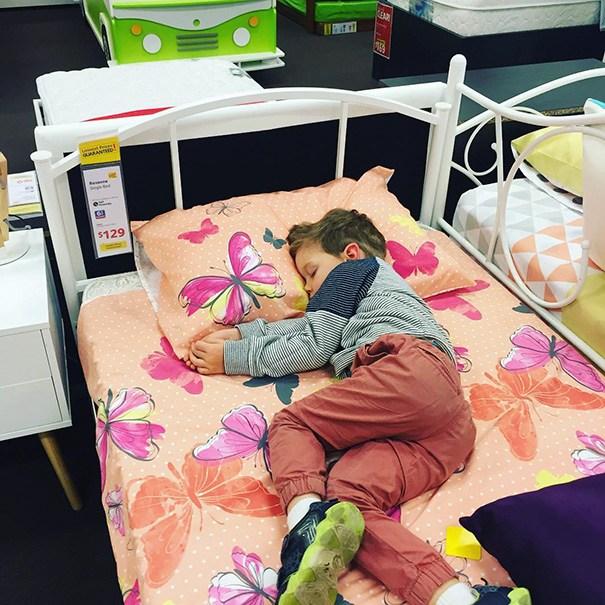 мальчик спит в магазине
