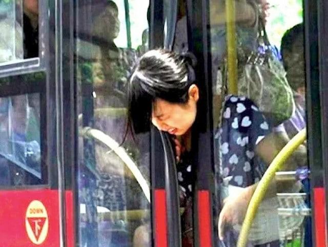 девушка застряла головой в дверях автобуса