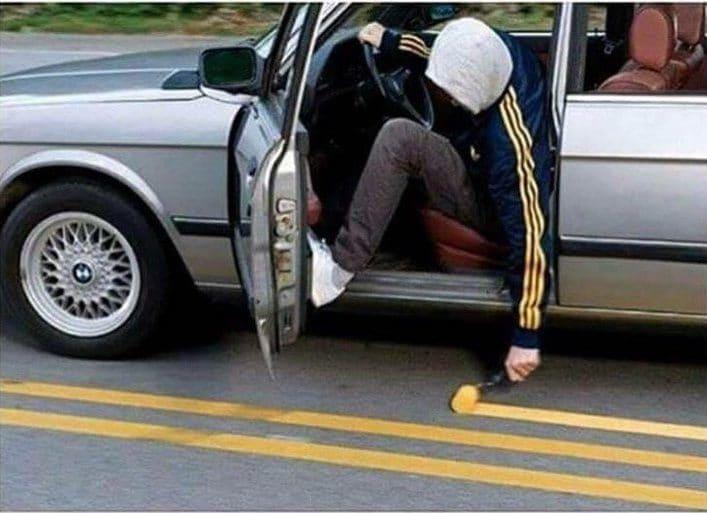 парень в машине