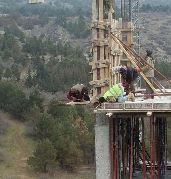 строители на крыше здания