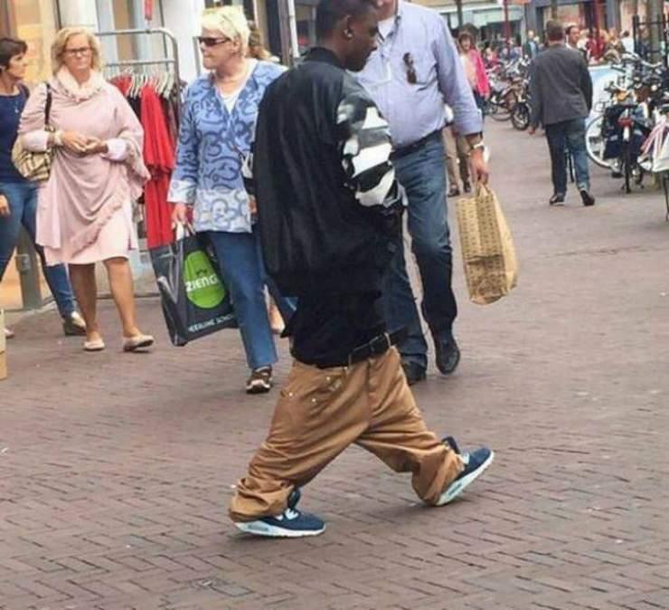 парень с брюками на коленях