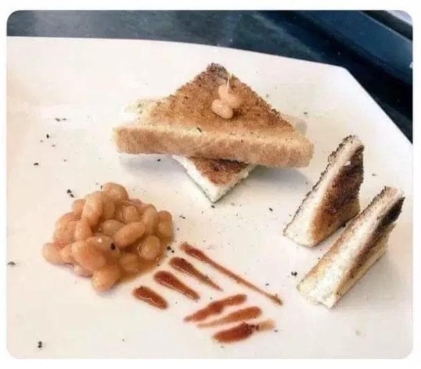 фасоль и бутерброд на тарелке
