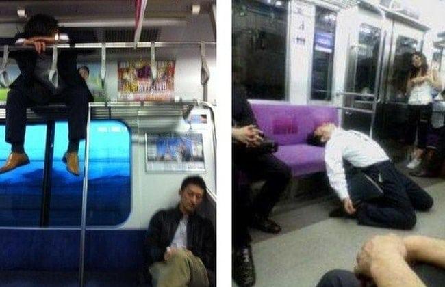 парни спят в метро