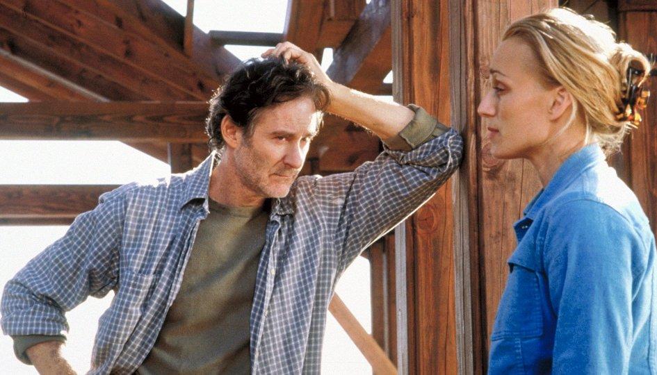 мужчина оперся о стену и смотрит на женщину