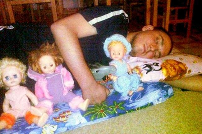 парень спит с куклами в обнимку