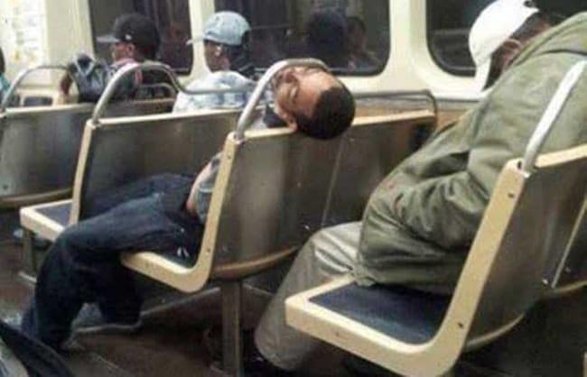 парень спит в автобусе