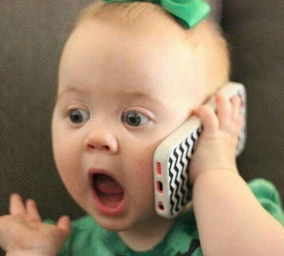 маленькая девочка с телефоном