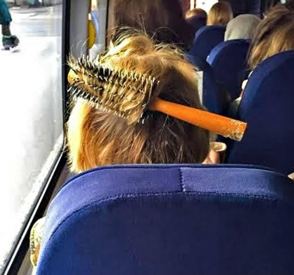 расческа в волосах