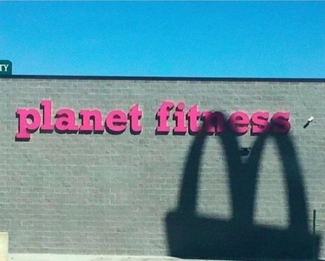 тень макдональдса на стене фитнес клуба