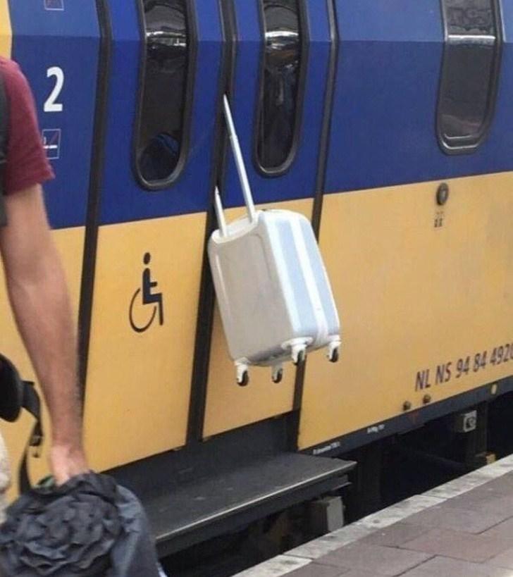 чемодан зажатый дверью