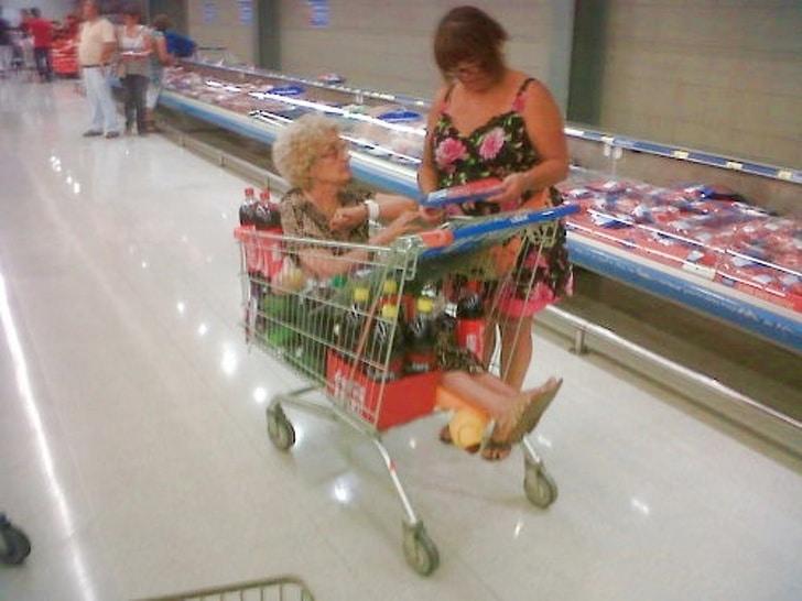 с мамой в супермаркете