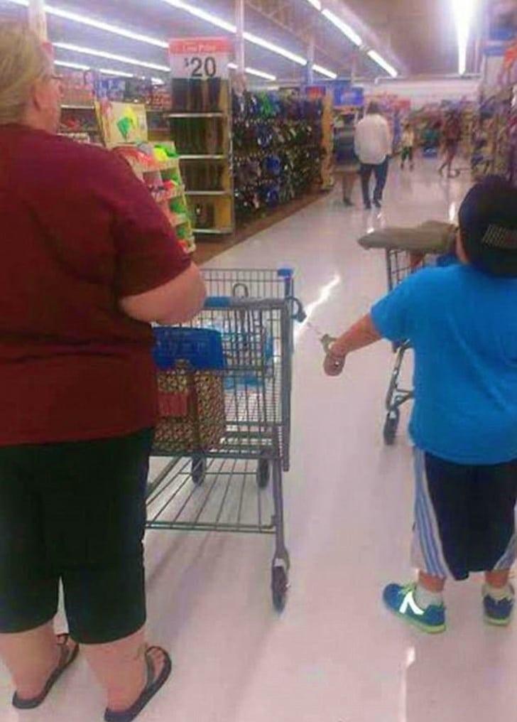 в детьми в супермаркете