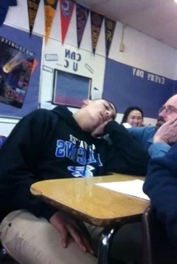 ученик спит на уроке