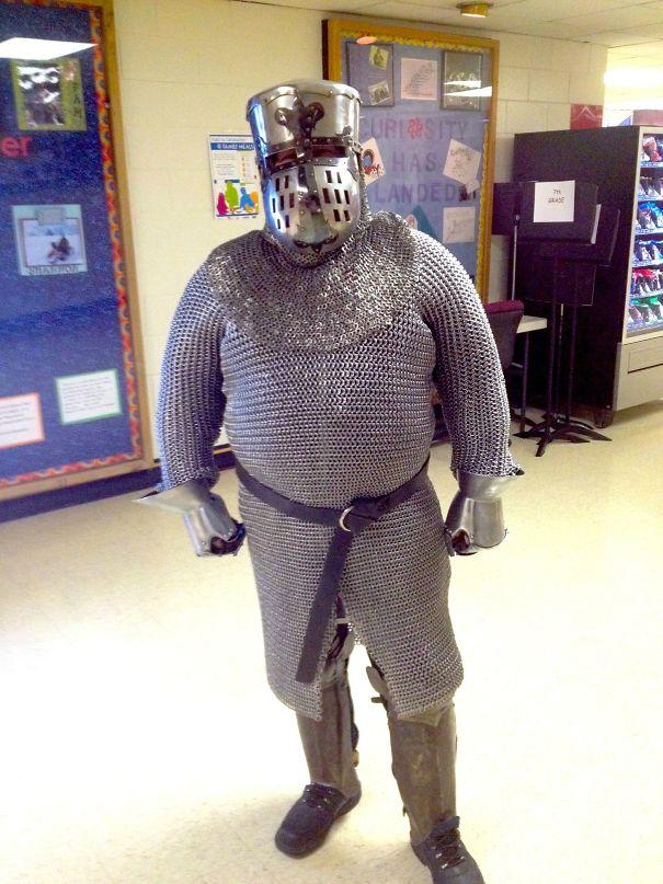 учитель истории в доспехах рыцаря