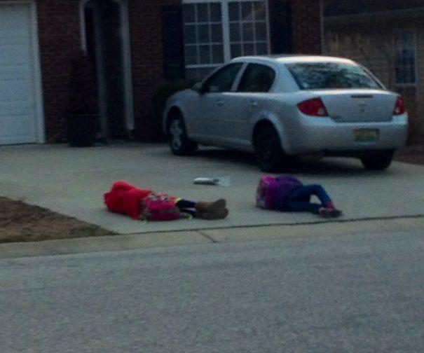 дети лежат на асфальте
