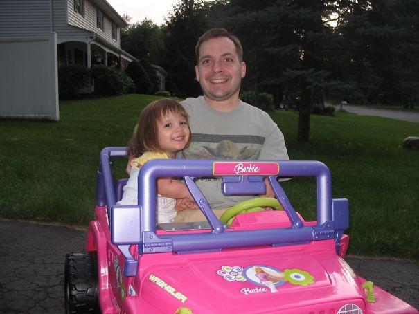 девочка с папой в детской машине