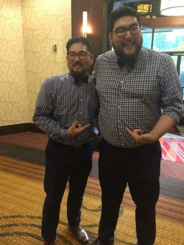 мужчины одинаковых нарядах