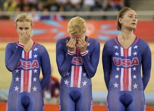 спортсменки в синих костюмах