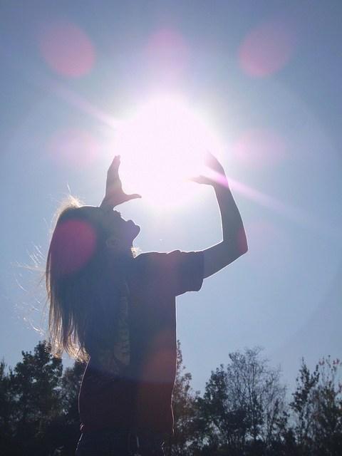 девушка держит солнце