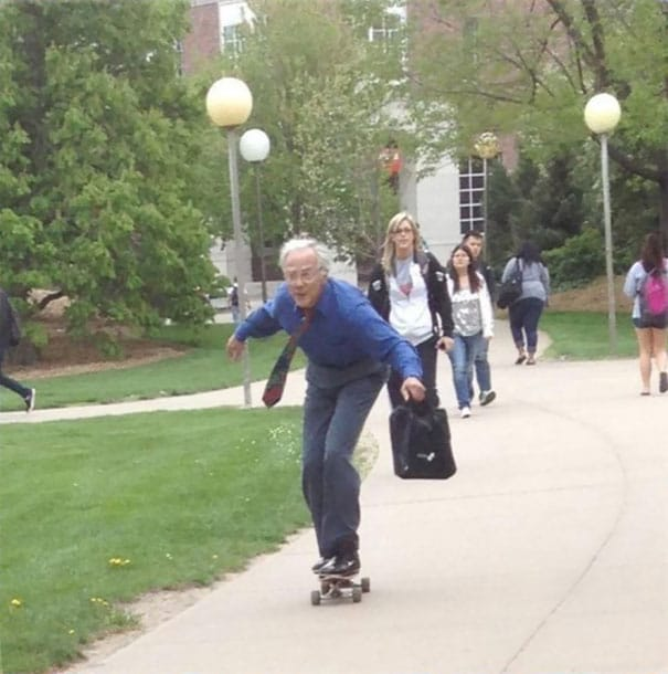 учитель на скейтборде