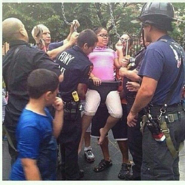 девочка застряла в качелях